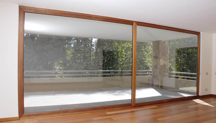 Casa de este alojamiento ventanas de madera imagenes a medida for Puerta balcon